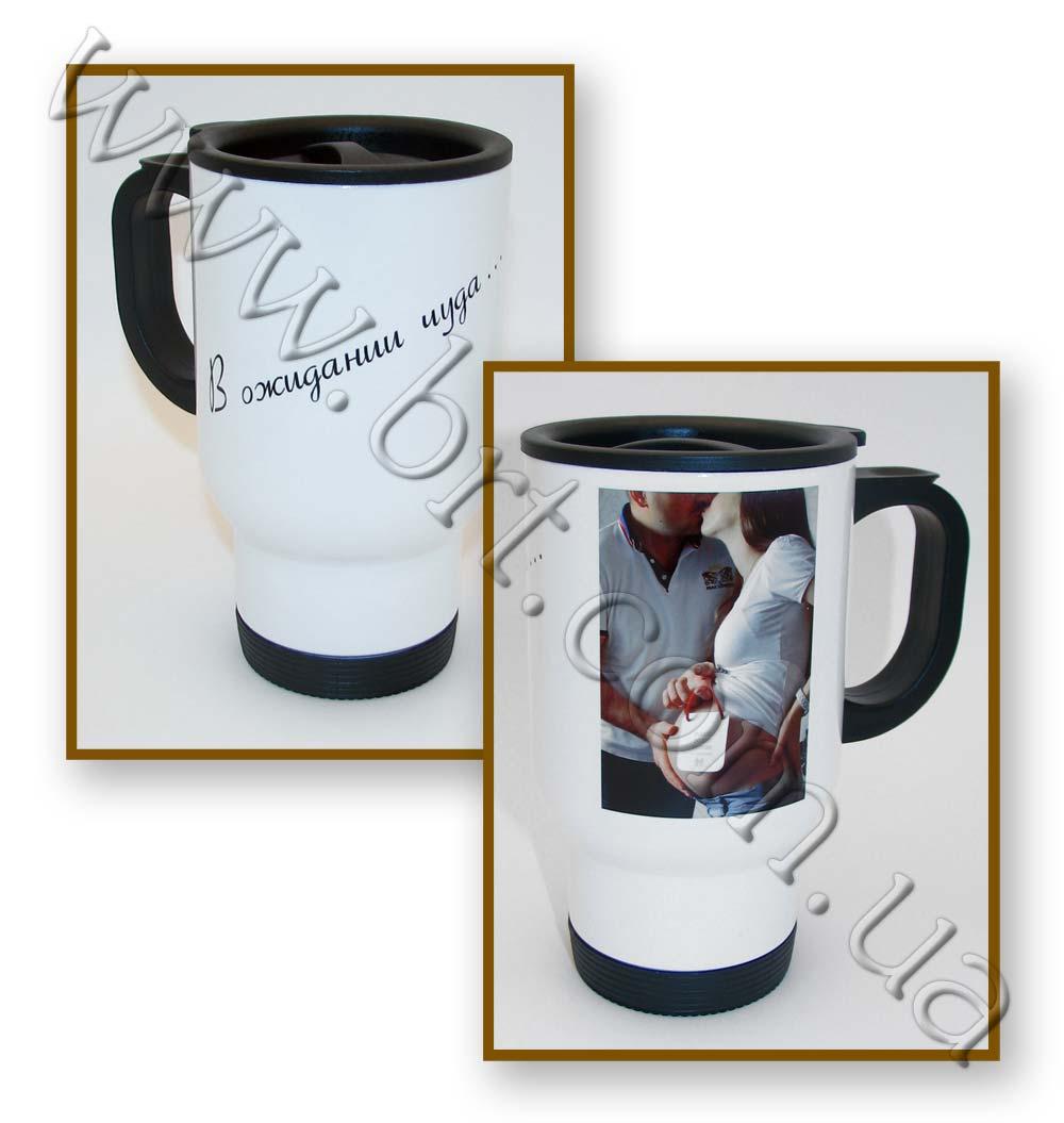 Обои Обнаженное плечо и чашка кофе чернобелое свитер