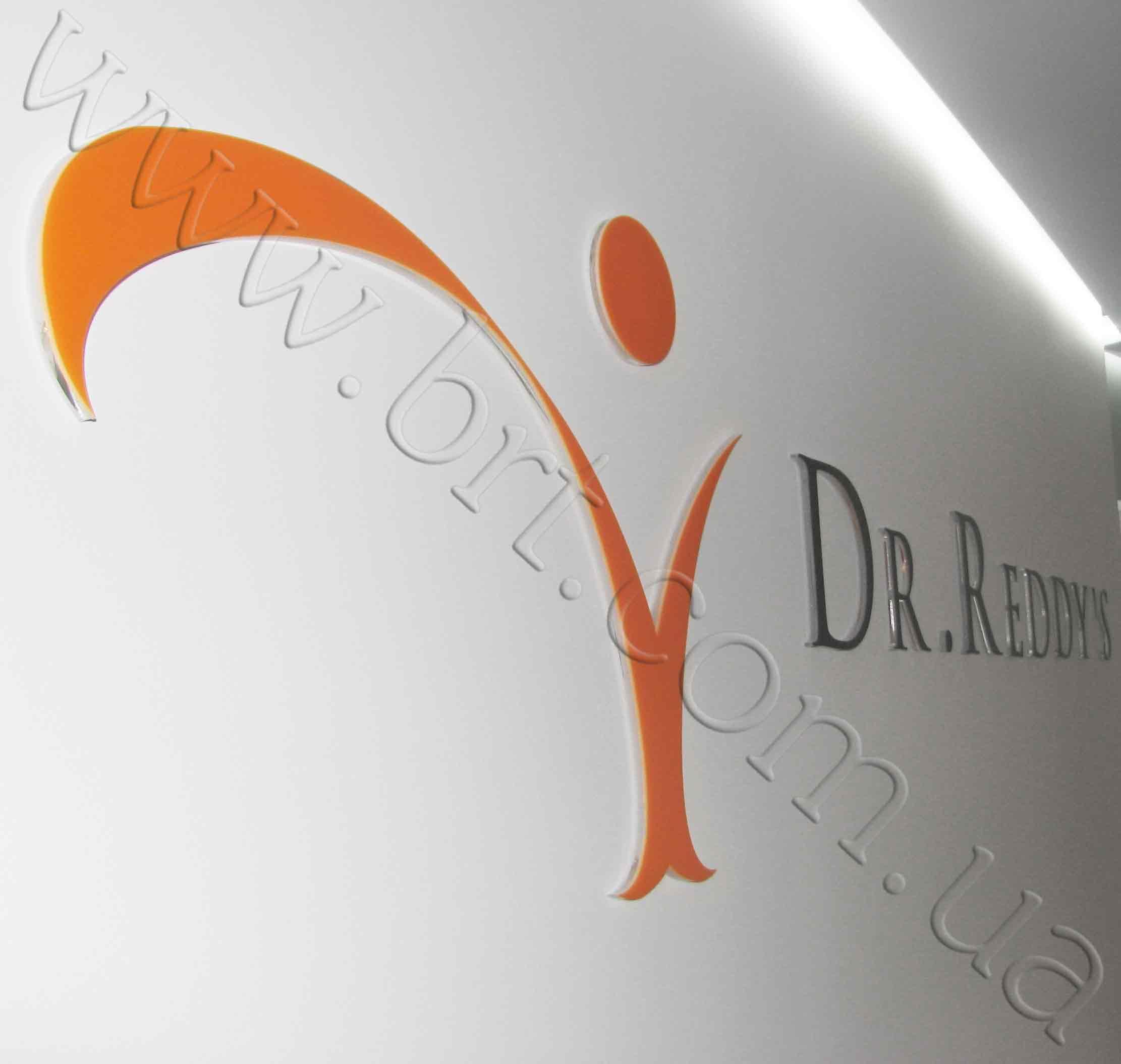 логотип и буквы из цветного и прозрачного акрила